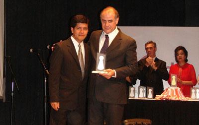 Juan Manuel Abdala Ibáñez recibe el premio de la Fundación Padre Martearena