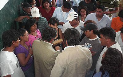 Momento en que los delegados entregan las denuncias a Usandivaras y Barreto