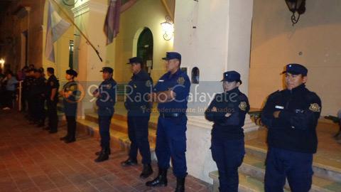 Una columna de policias se apostó en las puertas del municipio ante la manifestación