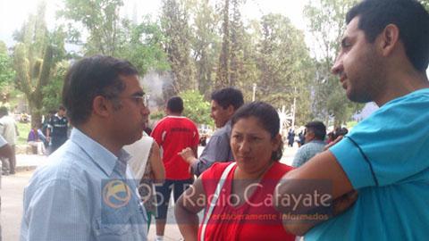 El senador Miguel Nanni durante el diálogo con los manifestantes el viernes pasado