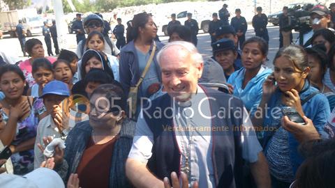 El Obispo Mariano Moreno con los manifestantes
