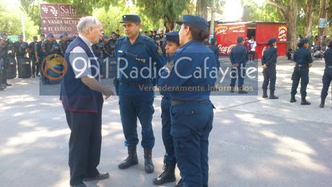 El Obispo Mariano Moreno dialogando con la policía