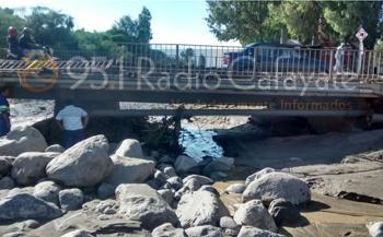 La imagen muestra el estado del puente al otro día del desborde