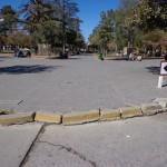 Reclaman por el deterioro del cordón cuneta de enfrente de la Municipalidad