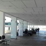 La terminal no tiene teléfonos, guardaequipajes ni oficina de información