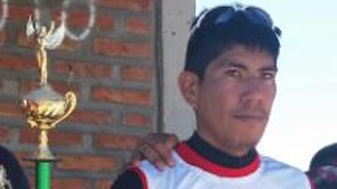 Leonel Pastrana tras recibir el trofeo en el Duatlón 2016-Salta