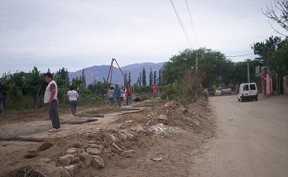 Vecino del lugar y obreros de la Bodega La Banda trabajaron en la primera etapa