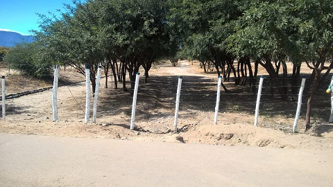 El camino provincial de acceso a las 32 hectáreas municipales bloqueado por Pernod Ricard