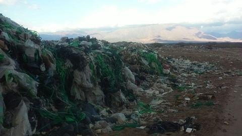 La montañas de residuos secos desparramados demuestra el fracaso del trabajo de recicajle