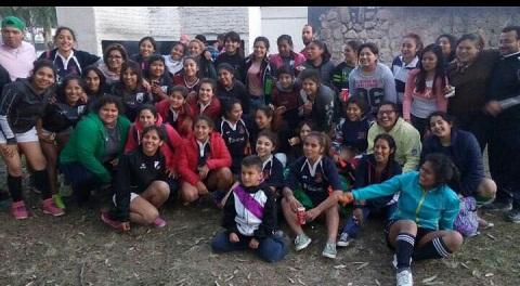 """Las chicas de Cafayate Rugby en el clásico """"tercer tiempo"""" junto a sus rivales"""