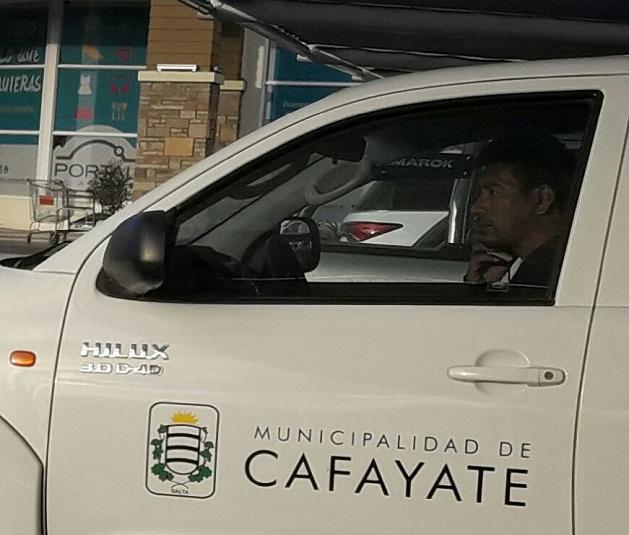 """La camioneta para discapacitados en un shopping de Salta esta semana.  """"Cali"""" Ibáñez, el cercano secretario de Almeda al volante."""