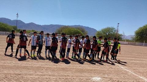 Los equipos de Rosario de la Frontero y San Martín en el comienzo del partido. Foto: Marcos Renfiges