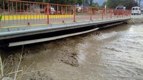 Aspecto del puente del Río Chuscha este martes tras la lluvia