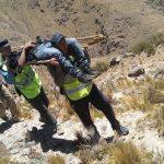 Caminaron 24 horas por los cerros y cargaron una camilla para auxiliar a un joven